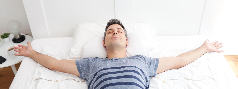 Mann freut sich über Matratze